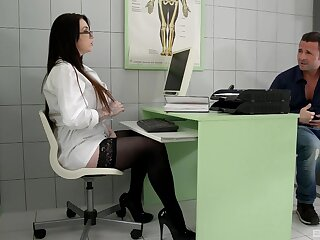 Hospital sexual intercourse with the curvy female doctor and a giant cock